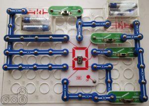Электронная цепь на конструкторе Знаток с семисегментным индикатором