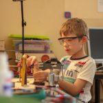 Ребенок на робототехнике