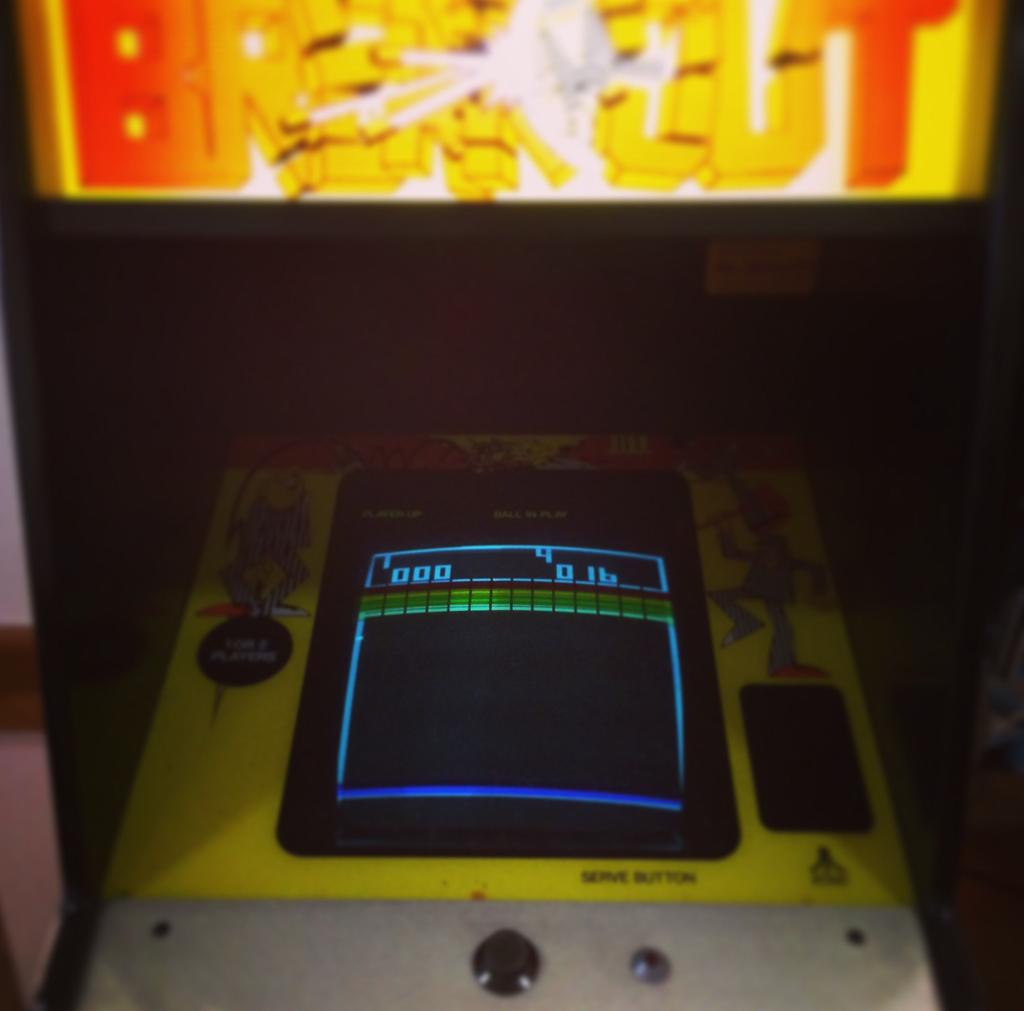 Игровой автомат с игрой Breakout